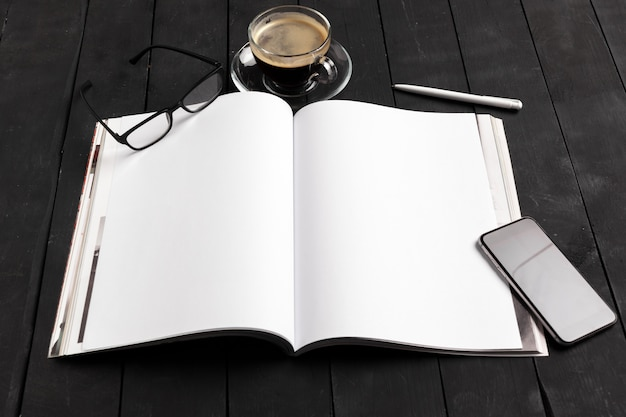 Modellzeitschrift oder -katalog auf einem holztisch. Premium Fotos