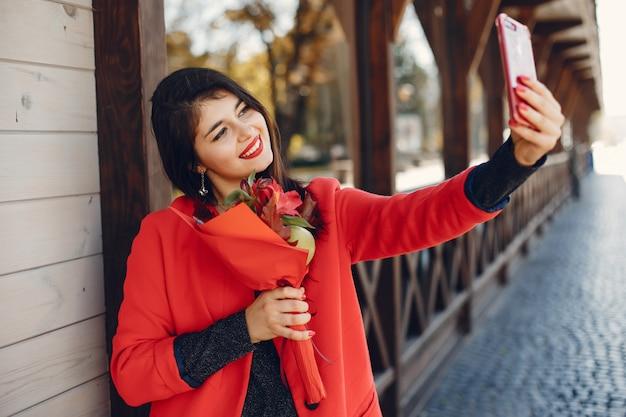 Modemädchen, das in eine sommerstadt geht Kostenlose Fotos