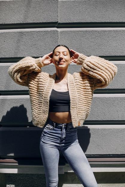 Modemädchen, das in einer autmncity steht Kostenlose Fotos