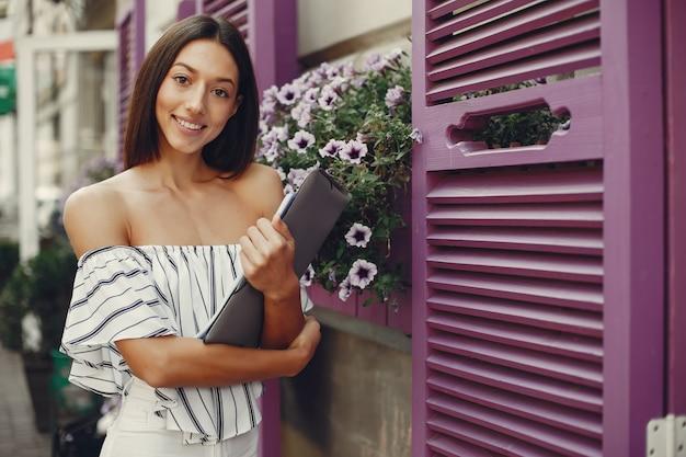 Modemädchen, das in einer sommerstadt steht Kostenlose Fotos