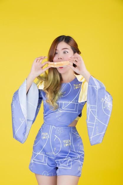 Modemädchen kleiden oben mit einer handgeste an Kostenlose Fotos