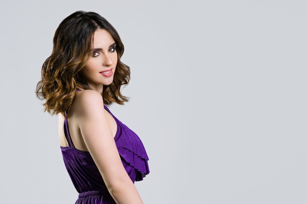 Modemädchen mit gesunder langer gewellter frisur. beauty brünette frau porträt Premium Fotos