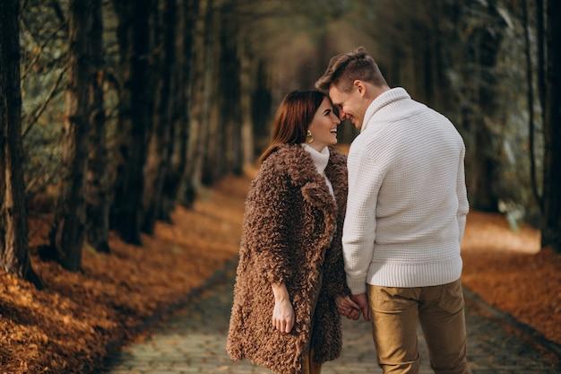 Modepaare, die zusammen in den park gehen Kostenlose Fotos
