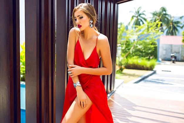 Modeporträt der atemberaubenden eleganten frau, die luxus langes seidenkleid trägt Kostenlose Fotos