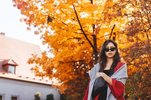 Modeporträt der schönheit im herbstpark Kostenlose Fotos