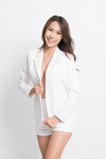 Modeporträtfrau, die einen weißen anzug trägt. Premium Fotos