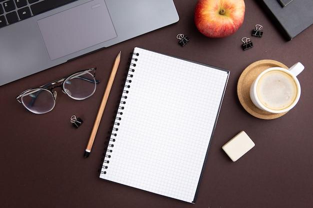 Moderne arbeitsplatzanordnung mit leerem notizbuch Kostenlose Fotos