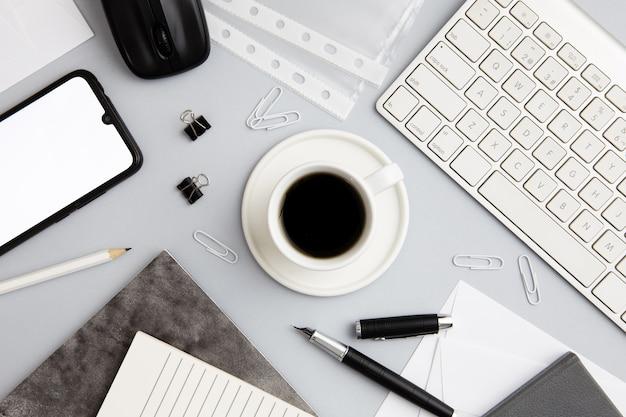 Moderne arbeitsplatzanordnung mit tasse kaffee Kostenlose Fotos