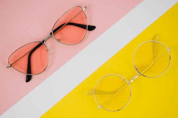 Moderne brillen auf buntem hintergrund Kostenlose Fotos