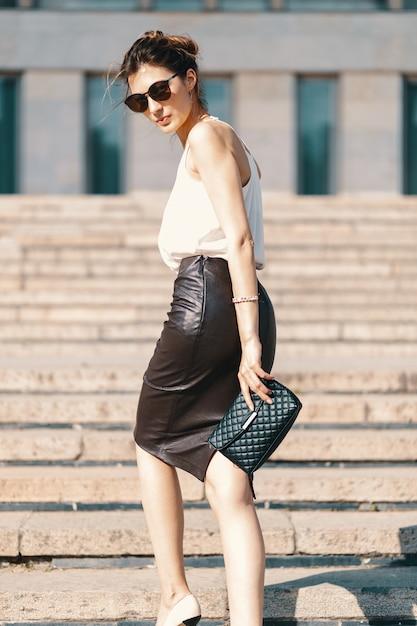 Moderne brunettegeschäftsfrau im ledernen bleistiftrock Kostenlose Fotos