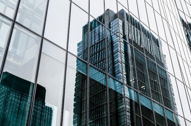 Moderne bürogebäude des wolkenkratzers in der stadt Kostenlose Fotos