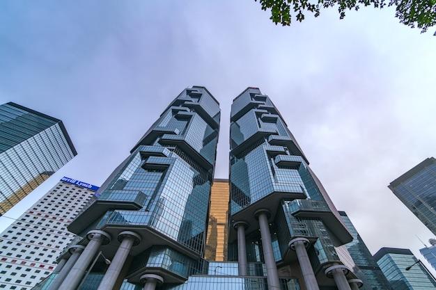 Moderne firmengebäude im geschäftsviertel hong kong city. Premium Fotos