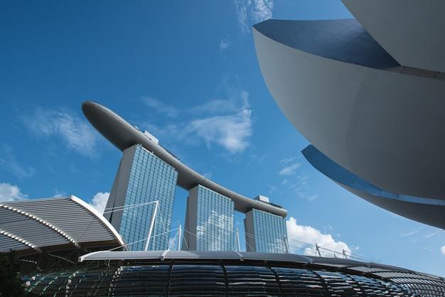 Moderne gebäude von singapur-skylinen gestalten im geschäftsgebiet landschaftlich Premium Fotos