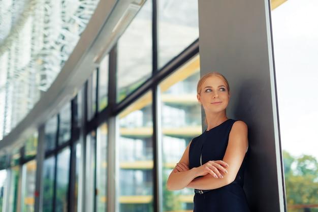 Moderne geschäftsfrau im büro Premium Fotos