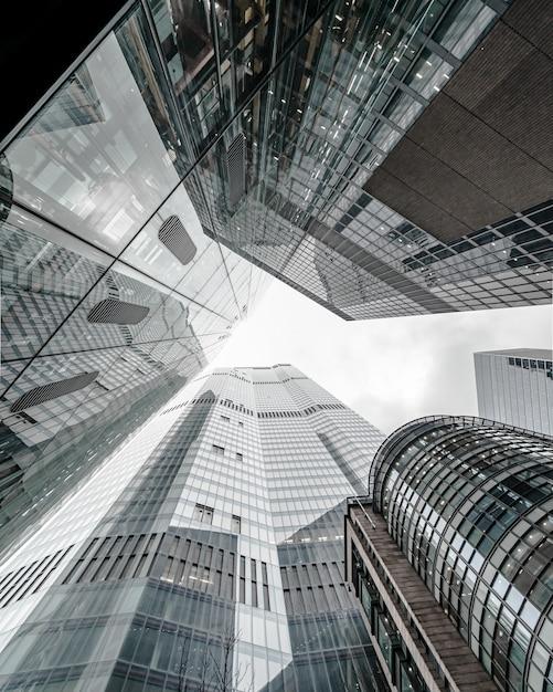 Moderne geschäftsgebäude-landschaft, die den himmel berührt Kostenlose Fotos