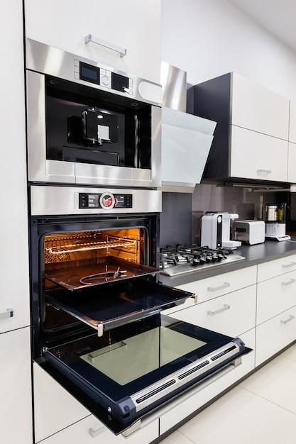 Moderne hi-tech-küche, backofen mit offener tür Premium Fotos