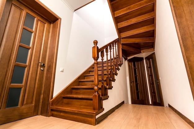 Moderne hölzerne treppe und türen der braunen eiche im neuen erneuerten hausinnenraum Premium Fotos