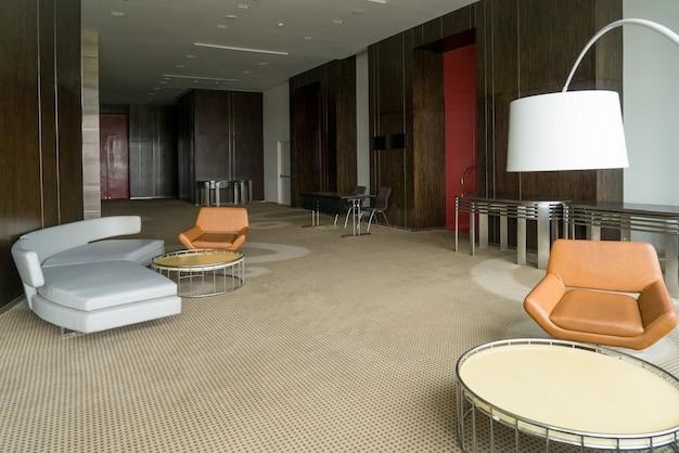 Moderne hotellobby mit ledersofa und stühlen lampe und runden