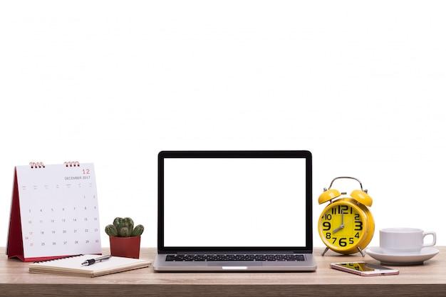Moderne laptop-computer, kaffeetasse, wecker, notizbuch und kalender auf holztisch leerer bildschirm für grafikanzeigenmontage Premium Fotos