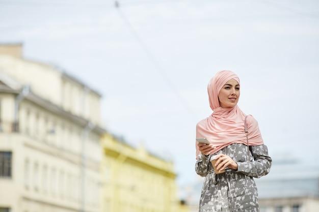 Moderne muslimische frau Premium Fotos
