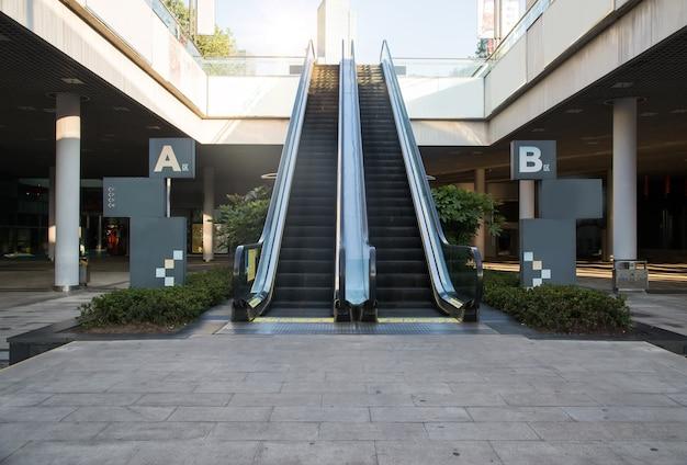 Moderne rolltreppe im einkaufszentrum Kostenlose Fotos