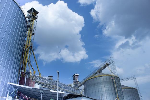 Moderne silos zur lagerung der getreideernte. Premium Fotos