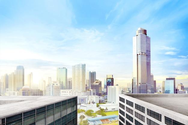 Moderne stadt mit hohen wolkenkratzern Premium Fotos