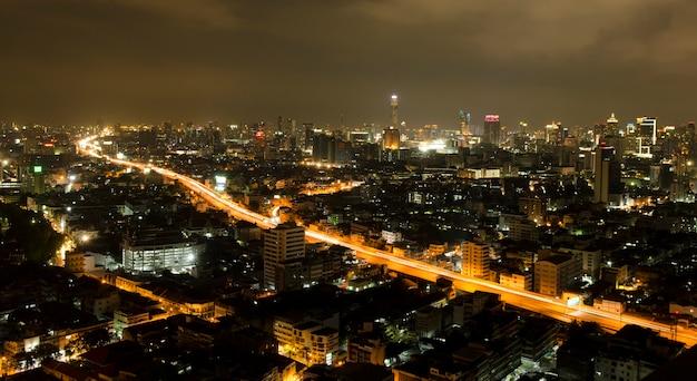 Moderne stadtlandschaft und die belebten straßen am abend Premium Fotos