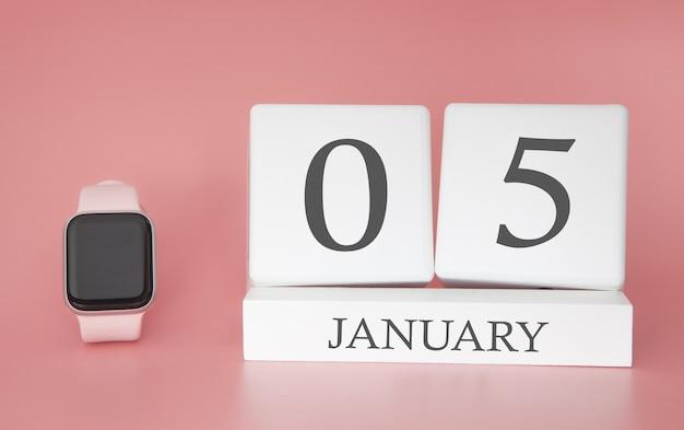 Moderne uhr mit würfelkalender und datum 05. januar auf rosa hintergrund. konzept winterzeit urlaub. Premium Fotos