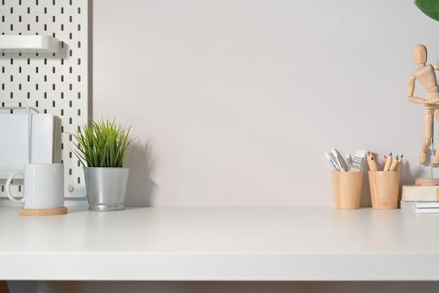 Moderne unbedeutende schreibtischarbeitsplatztabelle und kopienraum Premium Fotos
