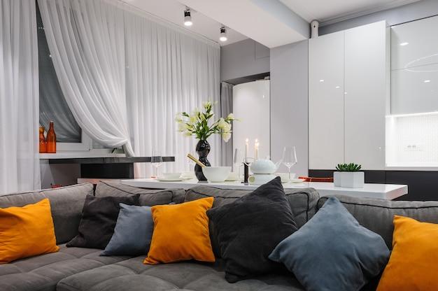 Moderne weiße küche und wohnzimmer Premium Fotos