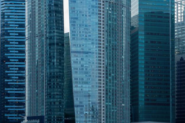Moderne wolkenkratzer mit blauen fenstern im central business district von singapur Kostenlose Fotos