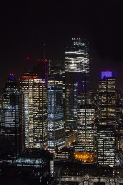 Moderne wolkenkratzer mit lichtern unter einem nachthimmel in london Kostenlose Fotos