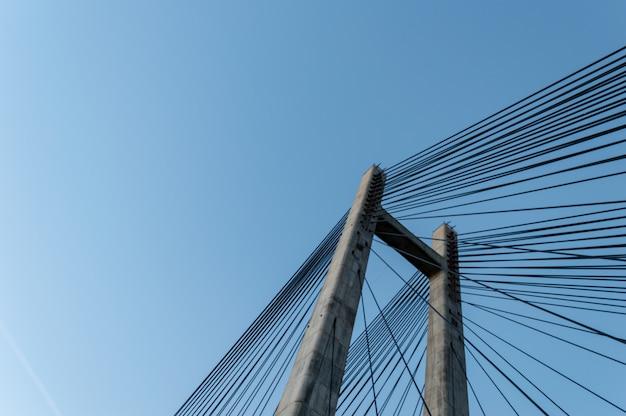 Moderne zementbrückenmaststruktur über klarem blauem himmel. Premium Fotos
