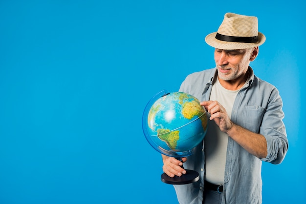 Moderner älterer mann mit kugel Kostenlose Fotos