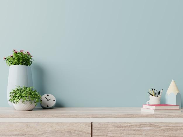 Moderner arbeitsplatz mit kreativem schreibtisch mit anlagen haben blaue wand. Premium Fotos