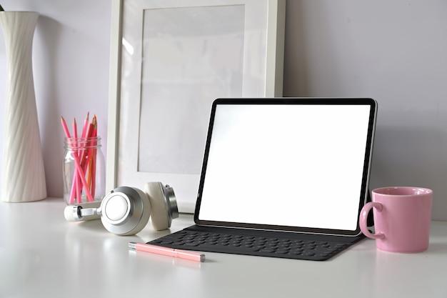 Moderner arbeitsplatz mit tablet des leeren bildschirms des modells Premium Fotos