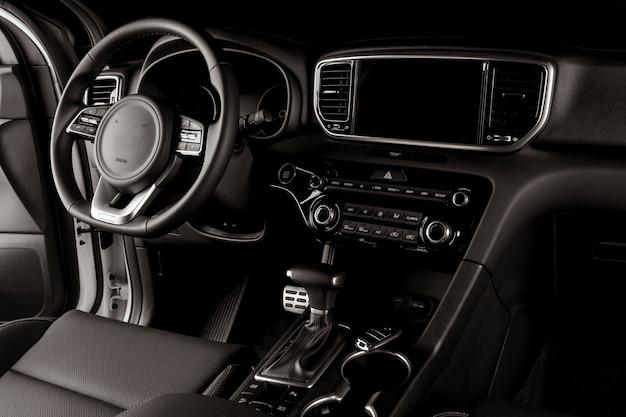 Moderner autoinnenraum, automatikgetriebe, lenkrad und armaturenbrett Premium Fotos