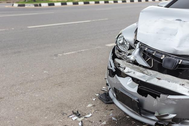 Moderner autounfall, der zwei autos auf der straße in thailand mit einbezieht Premium Fotos