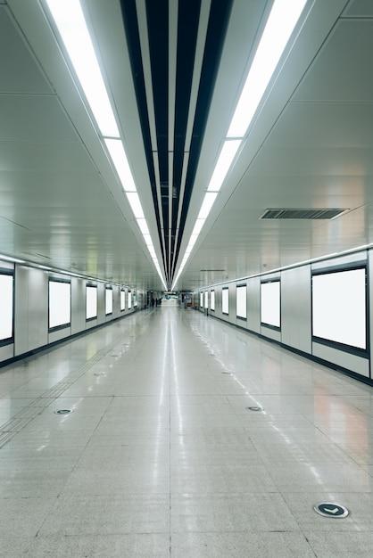 Moderner Flur Des Flughafens Oder Der U Bahnstation Mit Leeren Plakaten  Kostenlose Fotos