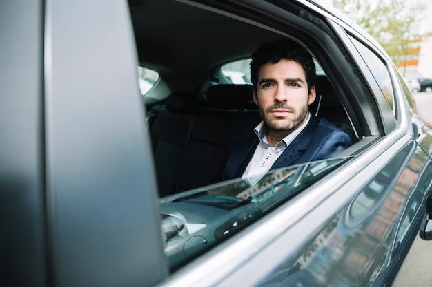 Moderner geschäftsmann, der im auto sitzt Kostenlose Fotos