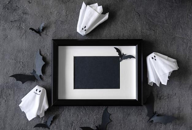 Moderner halloween-hintergrund mit fledermäusen und geistern Premium Fotos