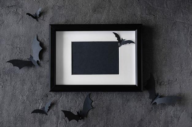 Moderner halloween-hintergrund mit fledermäusen und schwarzem rahmen auf dunklem hintergrund Premium Fotos