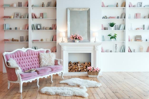 Moderner heller innenraum mit kamin, frühlingsblumen und gemütlichem rosa sofa Premium Fotos