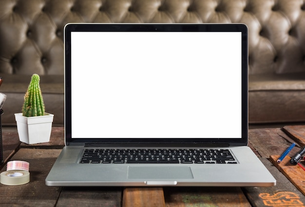 Moderner laptop mit leerem bildschirm auf hölzerner tabelle Kostenlose Fotos