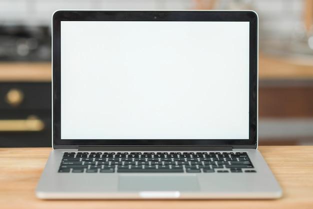 Moderner laptop mit leerem weißem schirm auf holztisch Kostenlose Fotos