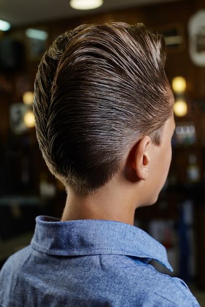 Moderner männer-hipster-haarschnitt, perfekte frisur für männer mit langen haaren. retro- haarschnitt im friseursalon Premium Fotos