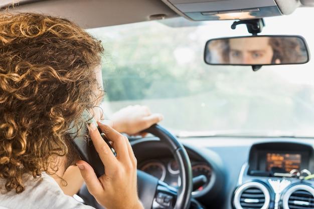 Moderner mann, der telefonanruf im auto macht Kostenlose Fotos