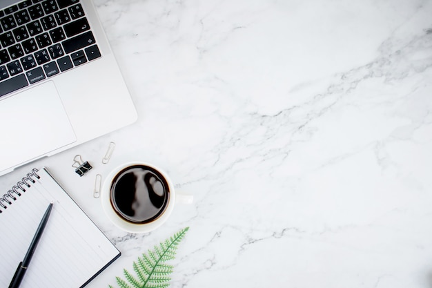 Moderner schreibtisch mit laptop-computer und americano-kaffee. draufsicht mit kopienraum, flache lage. Premium Fotos