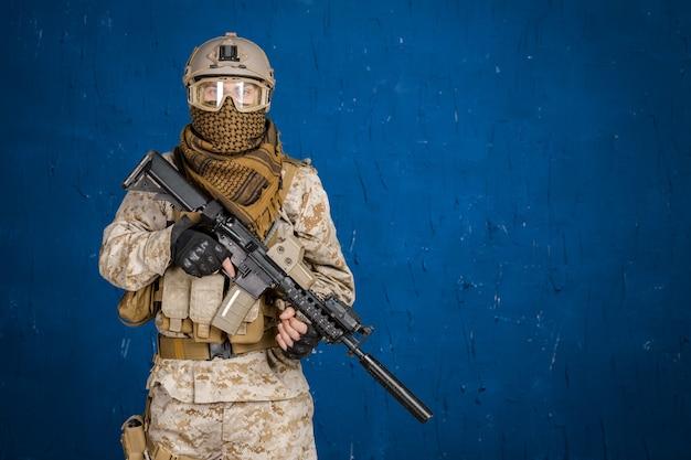 Moderner soldat mit gewehr Premium Fotos